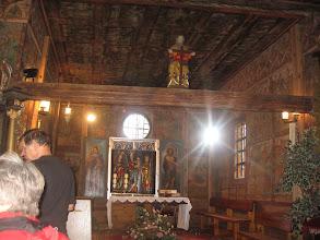Photo: Kościół w Grębieniu - wnętrze. Nad ołtarzem widoczna belka tęczowa.