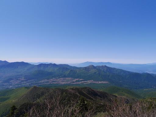 篭ノ登山(中央左)や湯の丸山(中央右)、奥に八ヶ岳