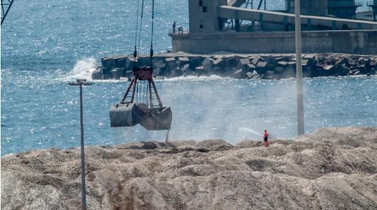 """Muévete por Carboneras tilda de """"ilegal"""" la carga de graneles en el puerto"""