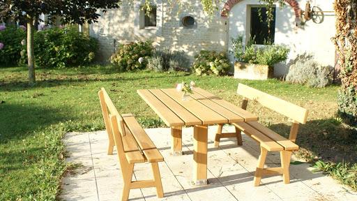 gite-le-nid-les-grandes-chaumes-17700-surgeres-jardin-table-petit-dejeuner-dehors