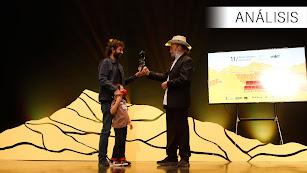 Mateo Gil, junto a su hijo, recibe el premio Spirit of the West de manos de Franco Nero.