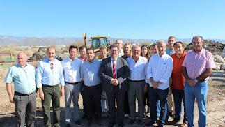 El consejero de Agricultura, Rodrigo Sánchez, ayer en un camino rural de La Mojonera, junto a alcaldes y concejales del Poniente almeriense.