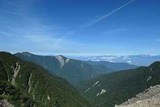 小屋付近からの展望1(左に奥茶臼山と奥に恵那山)