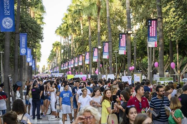 El ambiente durante el evento en la Rambla Federico García Lorca.