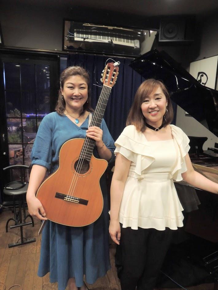 Kaoru Azuma (vo, piano), right, and Kazue Taniyama (vo, guitar)