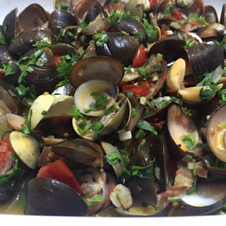 Clam with Cherry tomatoes, Bacon and White wine.