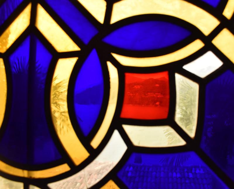Il mondo si colora dietro un vetro colorato di TNST