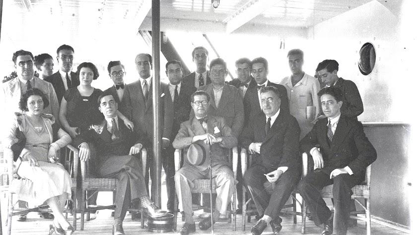 El poeta, rodeado de familiares y amigos en el buque que lo repatrió en 1931.