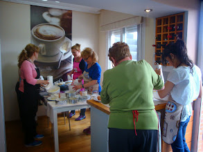 Photo: Seis chicas trabajando sus bizcochos en mi cocina...quien me lo iba a decir...
