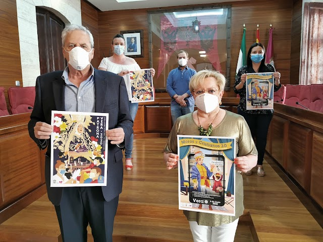 El alcalde y la edil de Fiestas con los carteles.