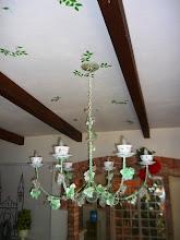 Photo: Lustres decorados sugestivamente e no teto acompanha as folhagens. http://celiamartins.blogspot.com/