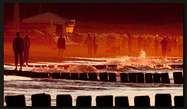 Photo: rötlicher Seenebel an der Promenade am Abend