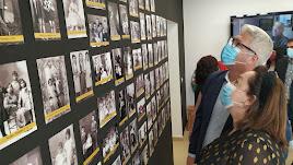El alcalde, Ismael Torres, observa los paneles de fotografías históricas del municipio en el Centro Etnográfico