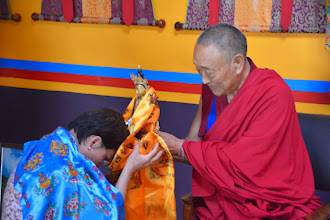 Photo: Bidding good-bye to Jetsun Ma, Founder and Chairperson of Yuan Yuan Educational Foundation, His Holiness Menri Trizen Rinpoche presented her the Medicine Buddha statue as a precious gift along with hisinnumerable blessings.