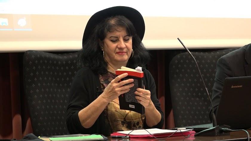 Aurora Luque durante una lectura poética.
