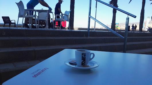 El paseo marítimo no arranca en este primer día: pocas opciones para tomar café
