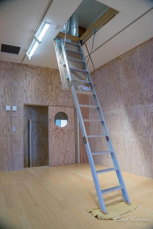 舞台の上の天井裏収納