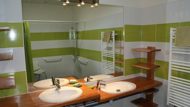 La Grange gîte accessible tous handicaps : salle d'eau adaptée avec deux vasques