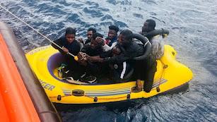 Personas rescatadas de una patera en una imagen de archivo.