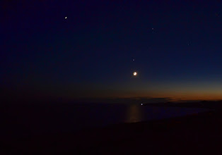Photo: mesiac osvetlujúci morskú hladinu