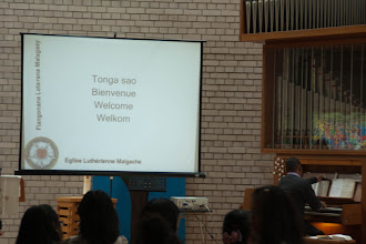Photo: Welcome to the service in Malagasy, French, English and Dutch.