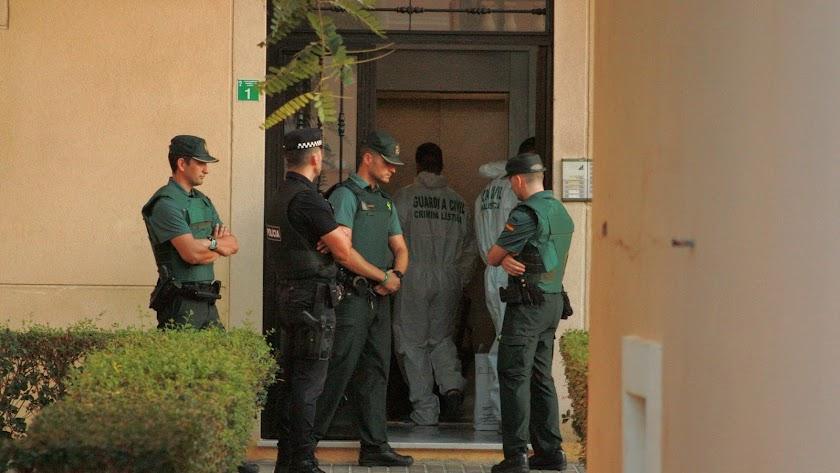 La Guardia Civil custodia la entrada a la vivienda donde se produjo la muerte del menor.
