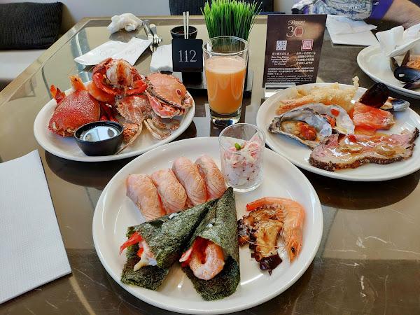 新鮮螃蟹、生魚片種類也多樣豐富 喜愛吃海鮮類的朋友一定會很滿足 炙燒握壽司、現切牛排、甜點必嚐 飲料吧有多種新鮮果汁及特調飲品 豐盛澎湃的生菜沙拉也是一大亮點 缺點~人多取餐排很久及環境吵雜