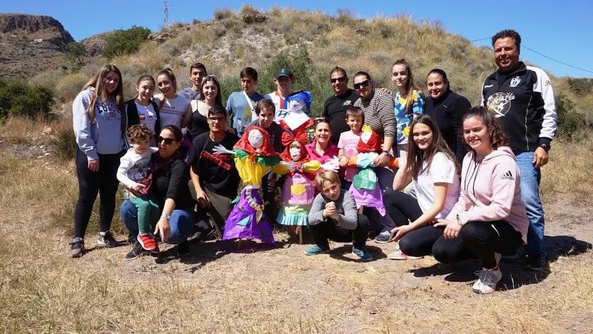 Familia Mojaqueras celebrando La Vieja. (Fotografía de Ricardo Alba)