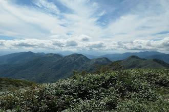 右から願教寺山・よも太郎山・日岸山・薙刀山・野伏ヶ岳など