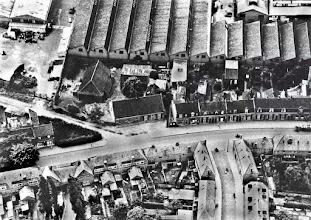 Photo: Luchtfoto van de Broekhovenseweg en omgeving. Rechtsonder de Van Grobbendonckstraat en linksonder het Van Malsenhof. De schuinlopende straat is de Radiostraat, met op de hoek de boerderij van de familie Willemse - De Brouwer. Later was op deze plaats ijzerwarenhandel Vriens en tegenwoordig een filiaal van Scapino gevestigd. Op de achtergrond het fabriekscomplex van de Volt (Datum onbekend)