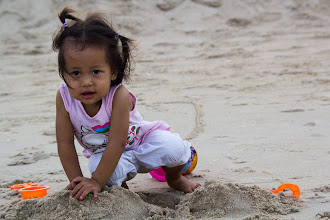 Photo: Nong Cartoon is the daughter of one of two of the teachers of the School, Teacher Doungchan and Teacher Sangwian. They both had to accompany the kids during this Study Tour and she therefore had the chance of touching the sand and play with it very young. The Buddha Kasettra School is like a big family and it is really touching to see how kids take care of each other, students or not.. you will find out more about it in next pictures in this photo story  น้องการ์ตูน ลูกสาวของครูดวงจันทร์และครูสังเวียร ที่ได้มาทริปครั้งนี้ด้วย น้องการ์ตูน เป็นเด็กน่ารักเลี้ยงง่ายและมักจะอยู่ที่โรงอาหารกับครูดวงจันทร์ตลอดเวลา และมีพี่ๆ ที่โรงเรียนคอยช่วยกันเลี้ยง เพราะครูเองก็เป็นทั้งแม่ของน้องการ์ตูนและเป็นเหมือนแม่ของเด็กๆ นักเรียนด้วย