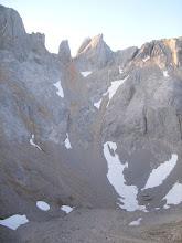 Photo: Y abajo el Jou Tras el Picu, arriba la Aguja de Los Martinez, un paisaje espectacular