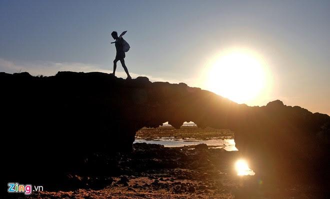 Sau một ngày lao động nhọc nhằn trên biển, ngư dân về nhà trên cổng tò vò (trầm tích núi lửa) rực ánh hoàng hôn.