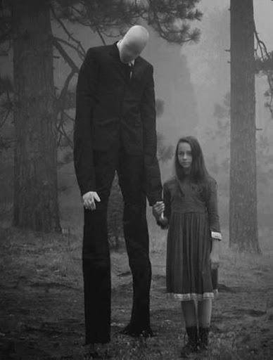hombre delgado y alto sin rostro tomado de la mano de una niña en un bosque