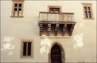 Photo: Balconul în stil Renaissance de la Muzeul de Istorie din Turda (20 iunie 1993). sursa Facebook, R.C. https://www.facebook.com/photo.php?fbid=1641081376205343&set=a.1461038877542928.1073741826.100009104908756&type=3&theater I.L.T. https://www.facebook.com/groups/biselectro/permalink/1210804952274797/