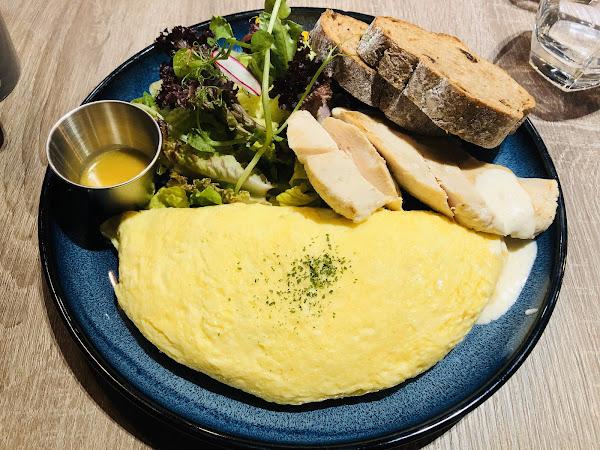 重乳酪火腿三明治,這道現烤等待時間較久,但是是值得的,起司真的是不用多說太好吃了,而且麵包酥脆超好吃😋 雞胸肉蛋捲,雞胸肉一點都不柴,吃起來很嫩,尤其是香菇蛋捲滑嫩口感搭配香菇真的是絕配來形容 真的