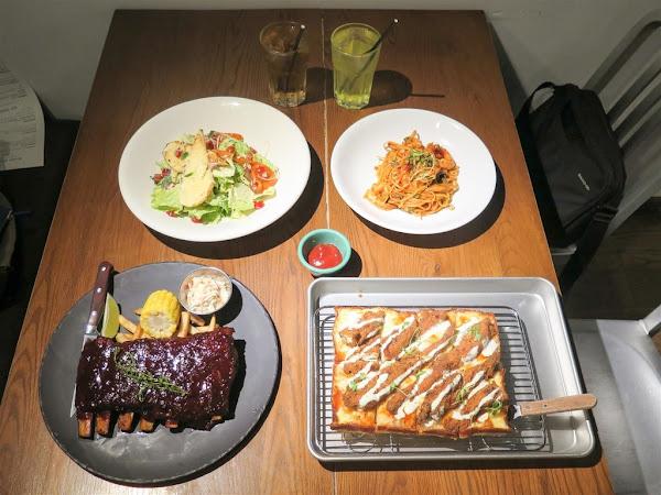 台北西門町意舍酒店 吃吧餐廳 -- 風格獨特的美義料理餐廳,口感和風味都很特別的底特律方形披薩,鮮嫩美味的BBQ豬肋排。