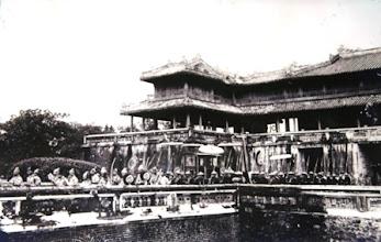 Photo: Sắp xếp đội ngự binh ở cửa Ngọ Môn chuẩn bị khởi hành đi lễ tế Nam Giao