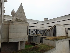 Na zewnątrz klasztoru La Tourette