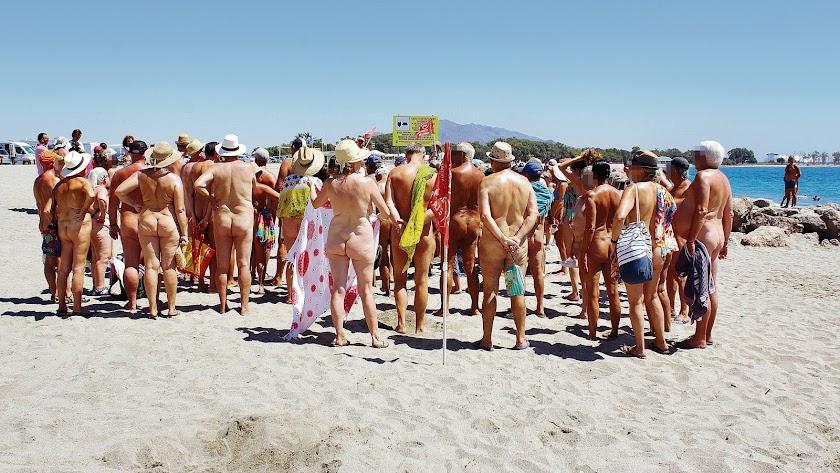 Un grupo de nudistas se concentró ayer frente al cartel que prohíbe el naturismo en el límite entre Vera y Cuevas del Almanzora.