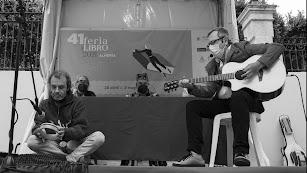 Cidrón y Villar tocando \'Romace en Marrakech\'. Detrás los autores Elmo y Che.
