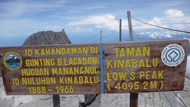 Photo: A je to tady. Stát sám na vrcholu Bornea za tu námahu stálo