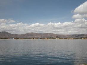 Photo: チチカカ湖 ガイドブックのような真っ青な湖は、乾季じゃないと難しそう。