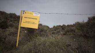 Cartel del Ciemat en los terrenos contaminados de Palomares.