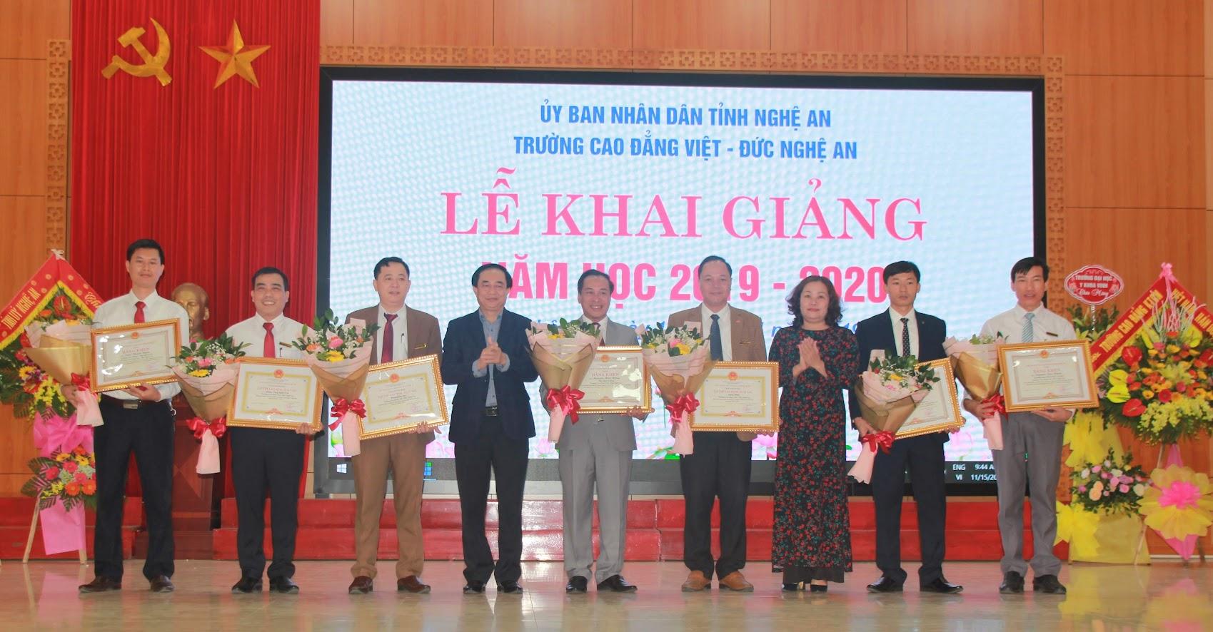 Trao bằng khen của UBND tỉnh Nghệ An cho các tập thể, cá nhân