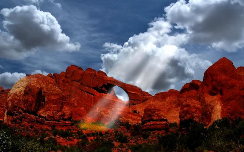 Photo: Сумеречные лучи. Фотография сделана в одном из национальных парков штата Юта.США. Солнечные лучи заходящего солнца, проходящие сквозь бреши в облаках образуют чётко-заметные отдельные пучки солнечного света ... ИСТОЧНИК:http://goo.gl/sUtqc