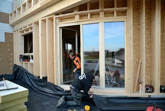 Photo: 20-11-2012 © ervanofoto Zodra het terrasraam geplaatst is schiet de dakaannemer weer in actie om zijn rubberen dichting aan te brengen.