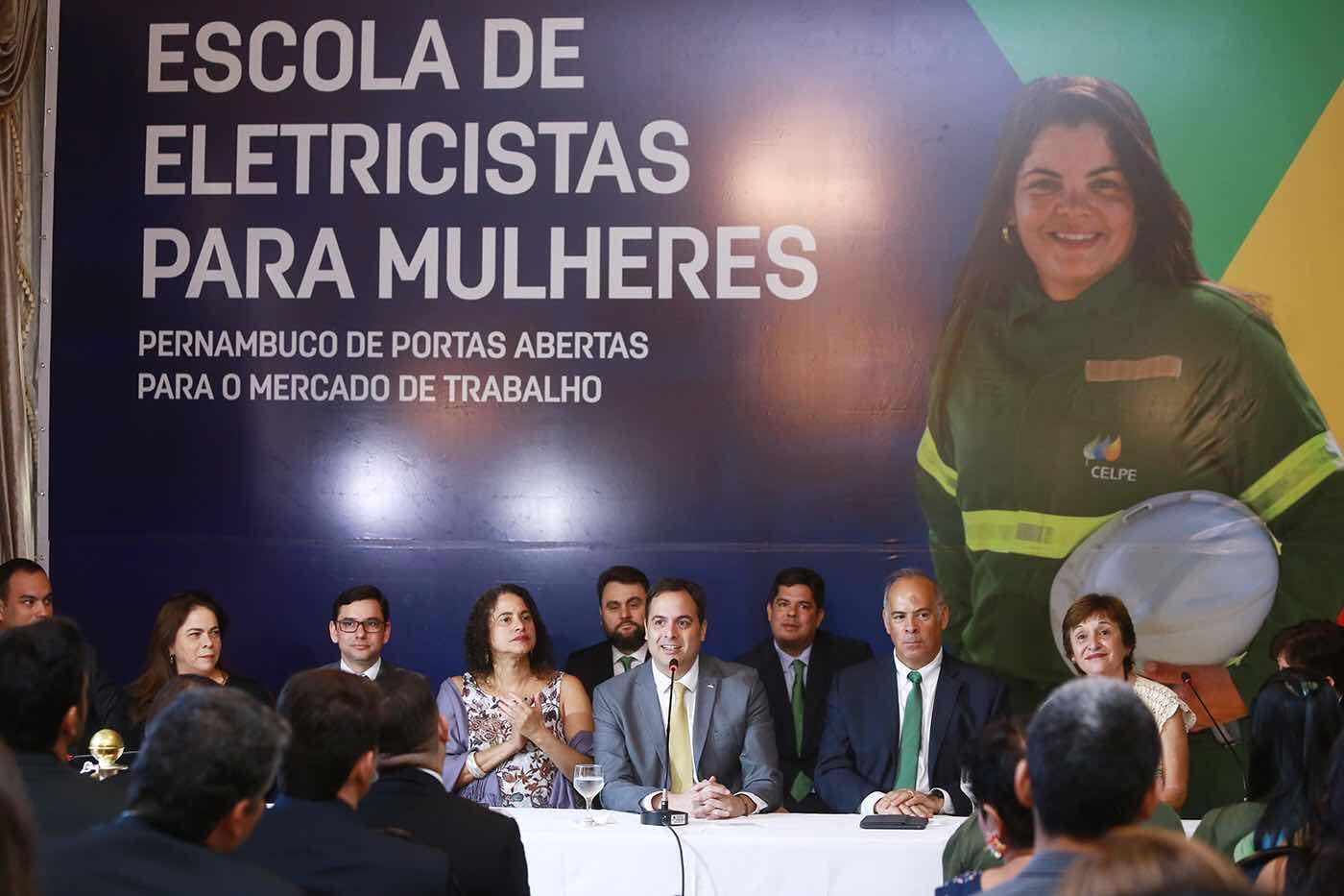 Paulo Câmara anuncia 100 vagas para mulheres em curso de eletricista