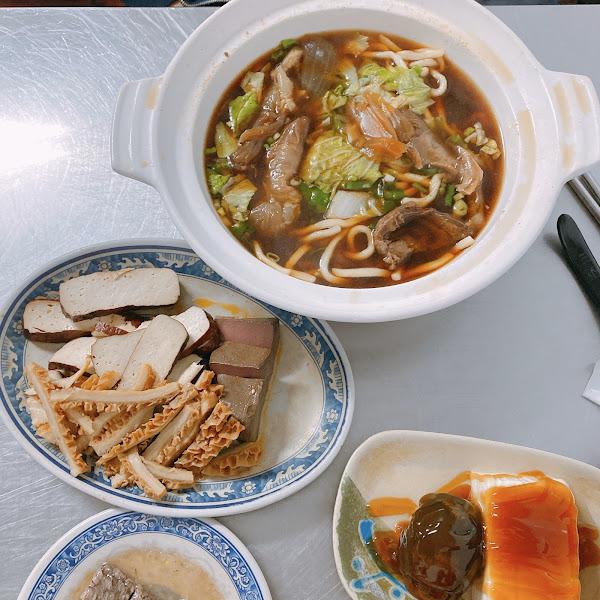 在蓮池潭邊的 犇。三牛牛肉麵 相當有名氣,吸引很多觀光客來用餐 也有很多韓國、日本客人來用餐 牛肉麵的份量很多,其實建議食量不大的可以2人一碗 三牛也加入了外送平台!可以透過Uber east在家吃到