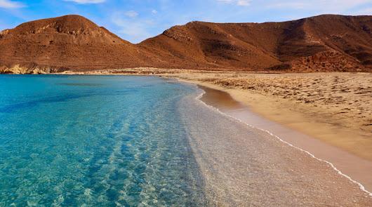 Las playas se preparan para su posible reapertura en la costa de Almería